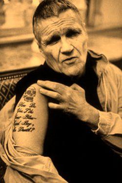 Harry Crews mostrando un tatoo