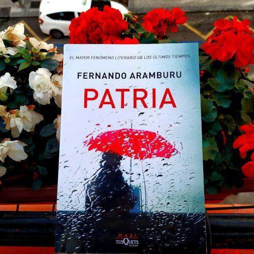 """Portada de """"Patria"""" de Fernando Aramburu. Edición de Maxi Tusquets"""