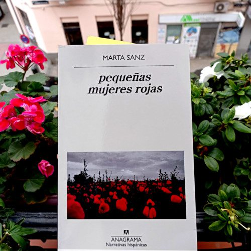 Portada de «pequeñas mujeres rojas», de Marta Sanz. Editorial Anagrama, 2020. Colección «Narrativas hispánicas», v.642